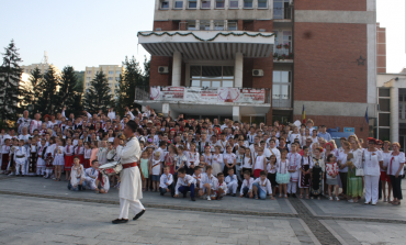 Ia românească și brâul bănățean, promovate la Reșița de peste 500 de persoane!