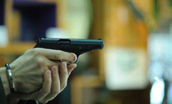 E LEGE! Românii vor avea liber să dețină arme LETALE, chiar și infractorii