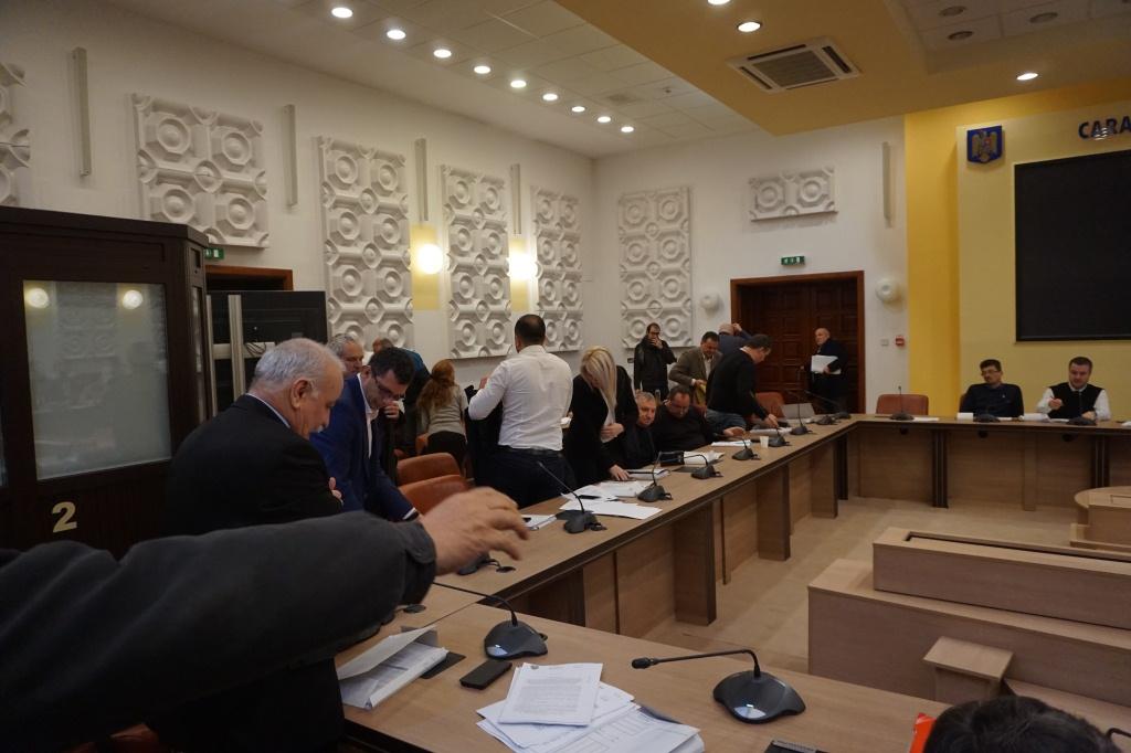 Scandal pe împărțirea banilor la Consiliul Județean, liberalii au lăsat scaunele goale,consilieri Verzi din Moldova Noua,model pentru liberalii caraseni!