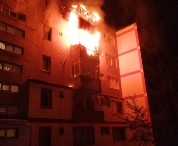 Incendiu puternic într-un bloc din Reșița: un mort, 3 răniți și 21 de persoane evacuate